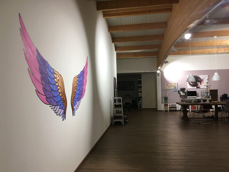 Flügel malen im Atelier Haarklang